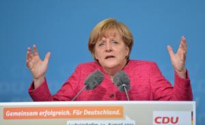 Bundeskanzlerin Angela Merkel (CDU) nimmt am 14.08.2013 auf dem Theaterplatz in Ludwigshafen (Rheinland-Pfalz) an einer Wahlkampfveranstaltung zur Bundestagswahl 2013 teil. Foto: Uli Deck/dpa +++(c) dpa - Bildfunk+++
